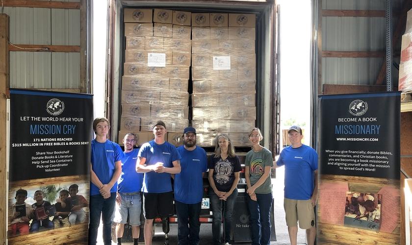 Caminhão enviado pela Mission Cry repleto de Bíblias e livros doados. (Foto: Mission Cry)