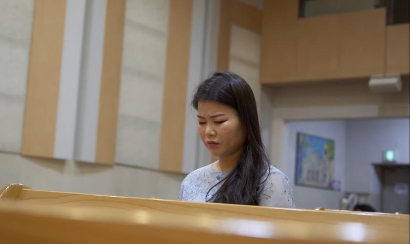 Sookyung Kang fugiu da Coreia do Norte quando tinha 17 anos e hoje vive na Coreia do Sul. (Imagem: Liberty in North Korea / YouTube / Reprodução)