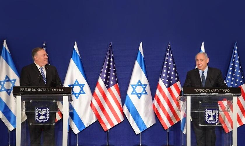 Primeiro-ministro israelense, Benjamin Netanyahu e secretário de Estado dos EUA, Mike Pompeo, falam à imprensa em Jerusalém. (Foto: Amos Ben-Gershom/GPO)
