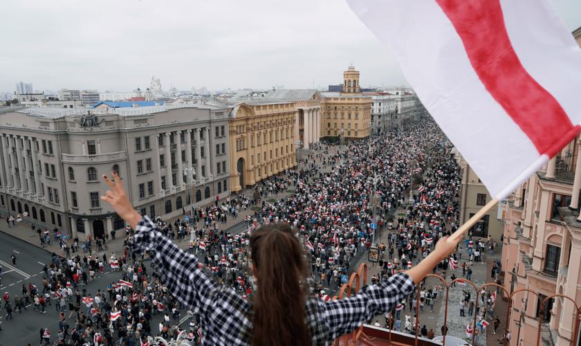 Manifestantes marcham na Praça da Independência em Minsk, na Bielorrússia. (Foto: AP/Evgeniy Maloletka)