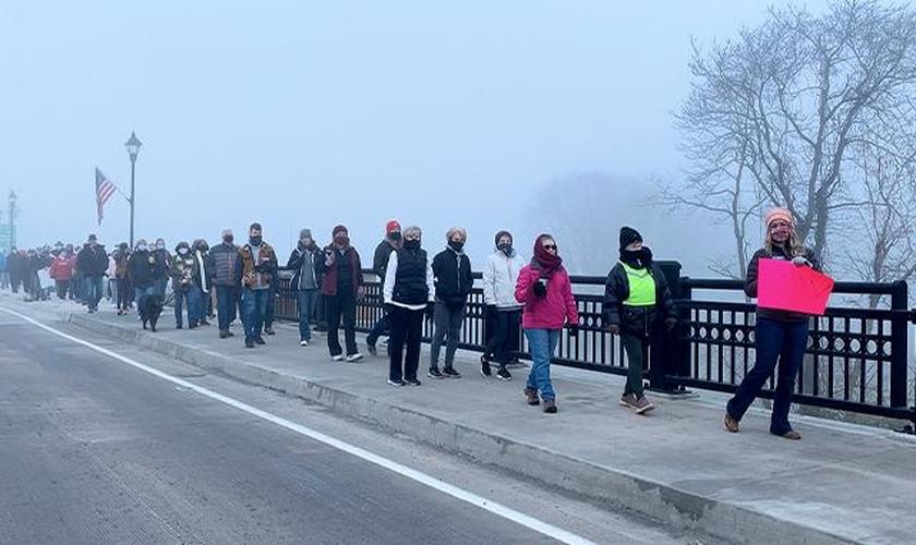 Leah Brinker (à direita) liderou uma caminhada de oração na pequena cidade de Coshocton, nos EUA. (Foto: Arquivo pessoal)