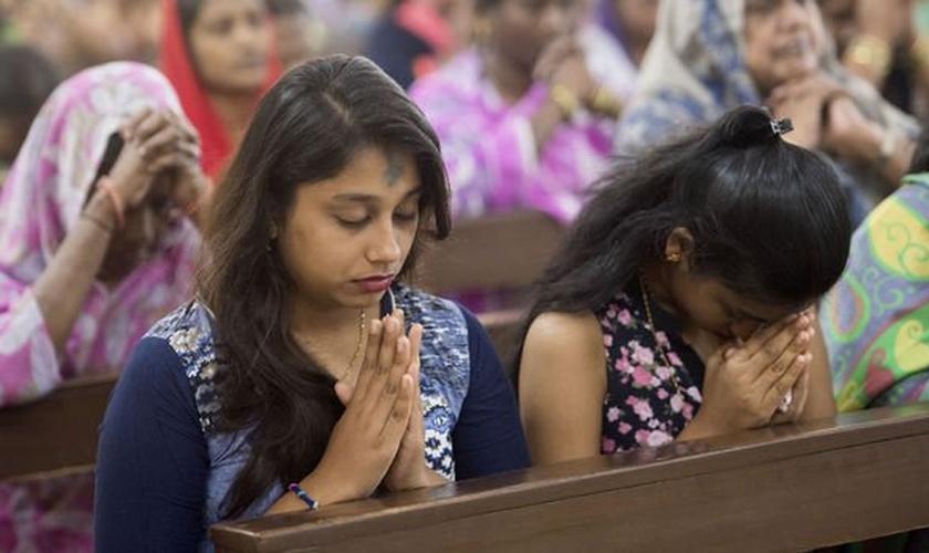Cristãos participam de momento de oração em igreja )na Índia. (Foto: Getty Images)