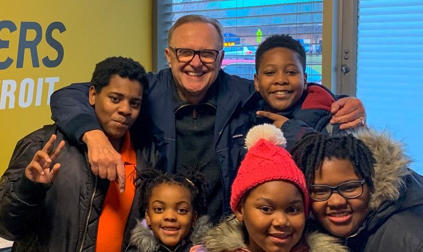 Atualmente, Larry Johnson se dedica exclusivamente ao trabalho no ministério 'LifeBuilders', que apoia famílias necessitadas na cidade de Detroit. (Foto: Facebook / Reprodução)