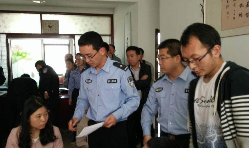 Cristãos são detidos em delegacia, na China. (Foto: Voz dos Mártires)