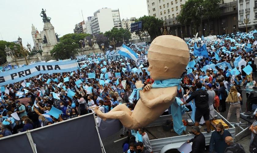 Manifestantes antiaborto fazem protesto ao lado de fora do Congresso Nacional da Argentina, em Buenos Aires. (Foto: Matias Baglietto/Reuters)