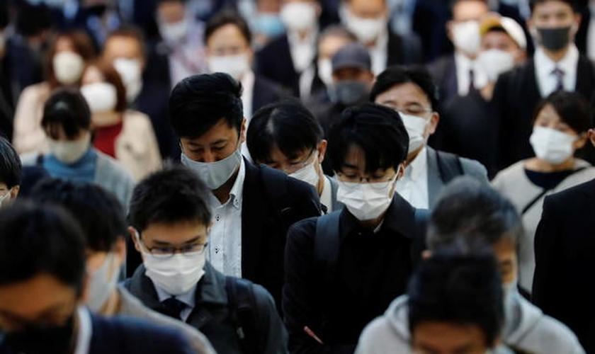 Japoneses caminham pela estação Shinagawa em Tóquio, em meio à pandemia de coronavírus. (Foto: Reuters/Kim Kyung-hoon)