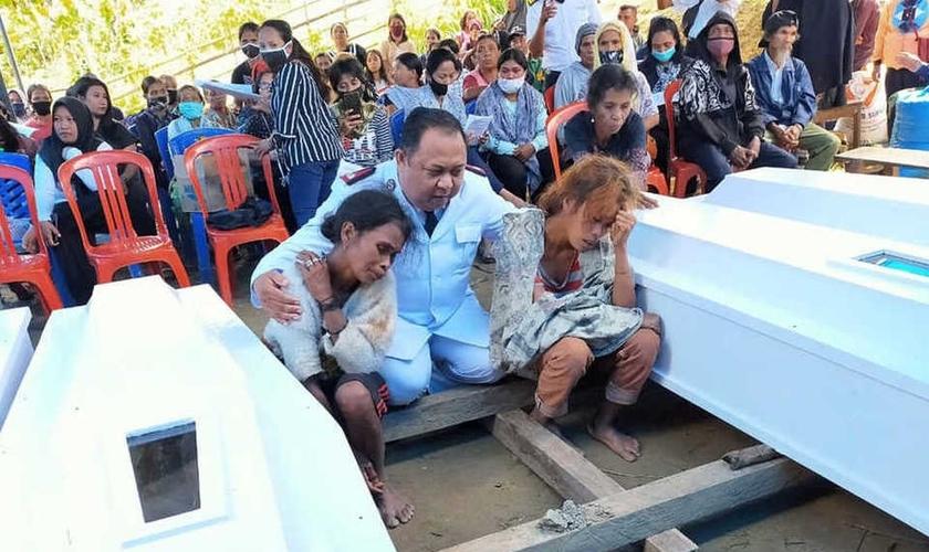 Erik A. Kape, comandante do Exército de Salvação em Palu, consola as viúvas das vítimas do ataque terrorista na Indonésia. (Foto: B1)