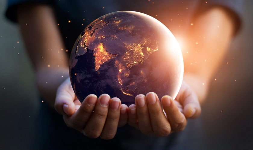 Imagem ilustrativa de mãos humanas e o planeta Terra. (Foto: Shutterstock/Pop Tika)