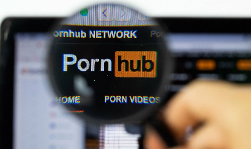 A gigantesca plataforma de pornografia 'PornHub' está sendo acusada de hospedar vídeos de estupro e abuso sexual infantil para lucrar com isso. (Foto: Marco Verch)