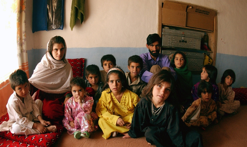 Família da tribo pashtun em sua casa em Cabul, no Afeganistão. (Foto: Bethann Hunt/USAF)
