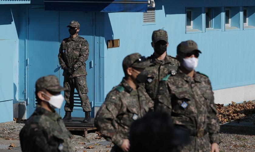 Soldados sul-coreanos em Panmunjom, zona desmilitarizada que separa as duas Coreias. (Foto: Lee Jin-Man-Pool/Getty Images)