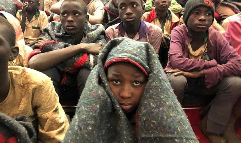 Estudantes são escoltados por militares nigerianos em Katsina, Nigéria, após libertação do sequestro. (Foto: AP/Sunday Alamba)