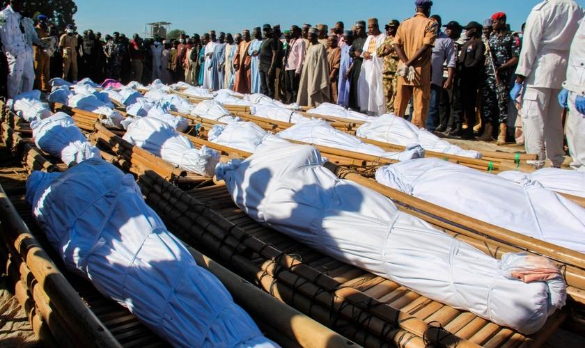 Funeral de 43 pessoas em 29 de novembro de 2020 em Zabarmari, na Nigéria. (Foto: Audu Marte/AFP)