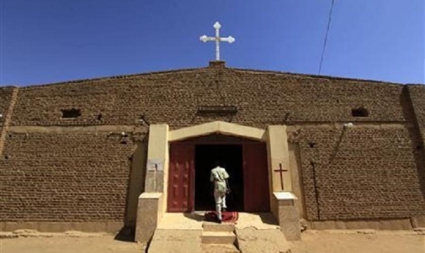 Homem adentra igreja nos arredores Cartum, capital do Sudão. (Foto: Reuters/Mohamed Nureldin Abdallah)