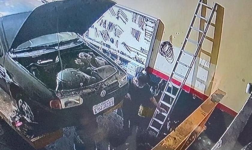Câmera de segurança registra assalto a uma borracharia em Hortolândia (SP). (Foto: Reprodução/EPTV)