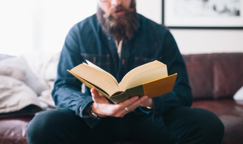 Imagem ilustrativa de homem durante leitura. (Foto: United Church of God)