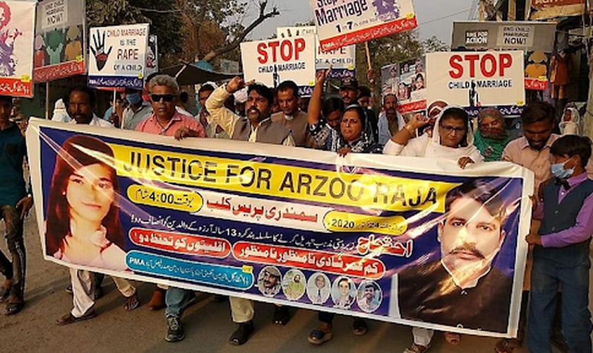O caso de Arzoo Raja e de tantas outras adolescentes paquistanesas sequestradas e forçadas a um casamento islâmico, tem mobilizado protestos no país. (Foto: Asia News)