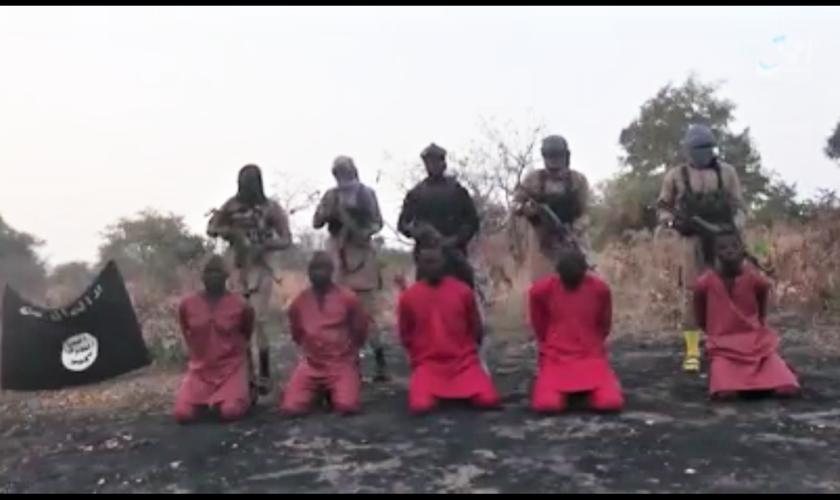 Print do vídeo divulgado pelo Estado Islâmico mostrando a execução de cinco cristãos no nordeste da Nigéria. (Foto: Morning Star News)