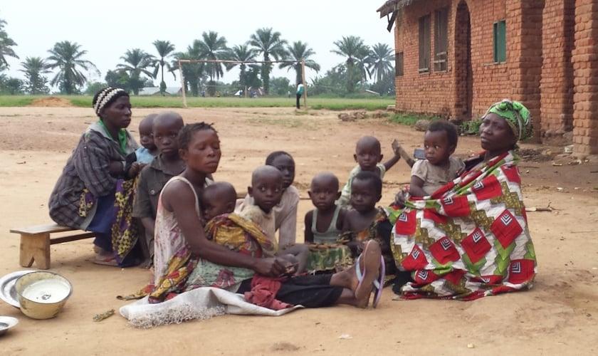 Por causa da violência de grupos terroristas, cristãos são expulsos de suas casas e vilas na República Democrática do Congo. (Foto: Divulgação)