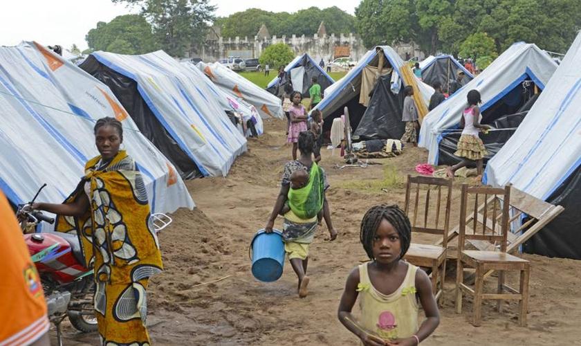 Centro de deslocados em Moçambique. O país tem mais de 560 mil cidadãos que foram expulsos de suas casas e vilas. (Foto: Portas Abertas)