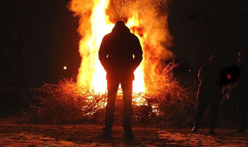 Imagem ilustrativa de homem em frente ao fogo. (Foto: Getty Images/iStockphoto)