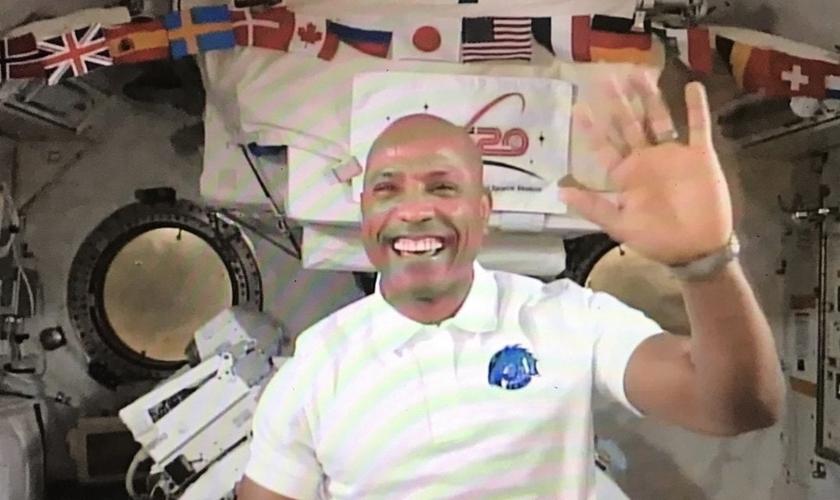 Victor Glover é astronauta e tem compartilhado como a leitura bíblica o fortalece em sua missão no espaço. (Imagem: YouTube / Reprodução)