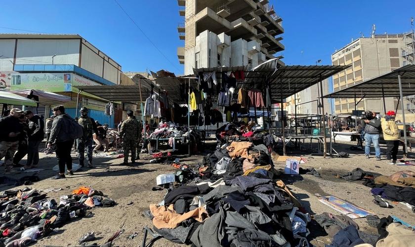 Ataques de homens-bomba em um mercado de Bagdá deixaram pelo menos 32 mortos e mais de 100 feridos. (Foto: Reuters)