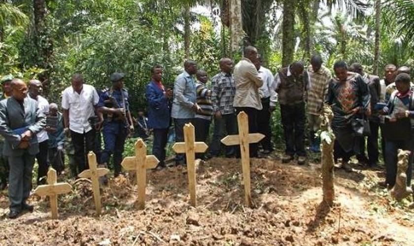 Cristãos enterram vítimas da violência provocada pelo terrorismo, próximo a Beni, na República Democrática do Congo. (Foto: AFP / KUDRA MALIRO via Getty Images)