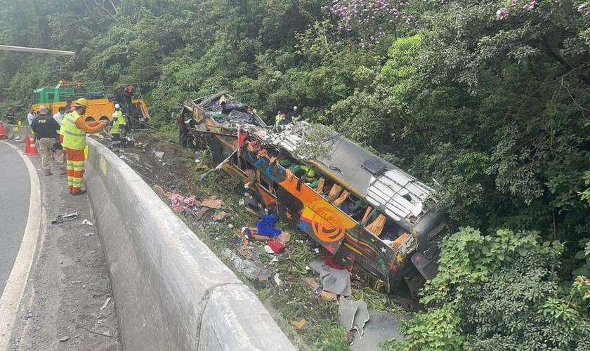 Ônibus saiu da pista e tombou, em Guaratuba, no Paraná. (Foto: Arquivo Pessoal/Juliano Neitzke)