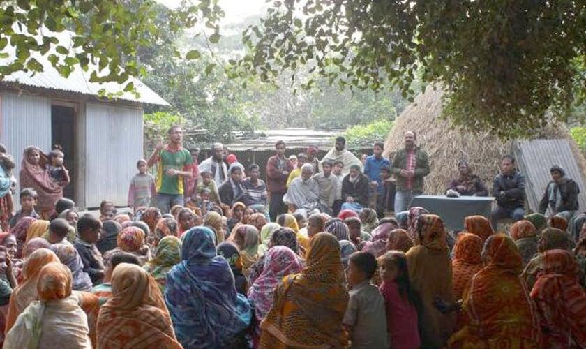 Imagem ilustrativa de pessoas reunidas em vilarejo de Bangladesh. (Foto: Refuser la misère)