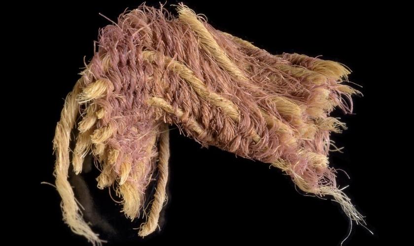 Fragmento do raro tecido roxo de 1.000 a.C, escavado no vale de Timna. (Foto: Dafna Gazit/Autoridade de Antiguidades de Israel)