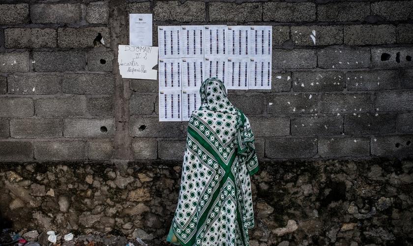Imagem ilustrativa de uma mulher comoriana em Moroni, capital do país. (Foto: AFP)