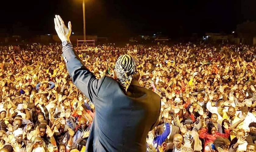 O evangelista Christopher Alam prega para multidões em países da Ásia e África. (Foto: Dynamis World Ministries)