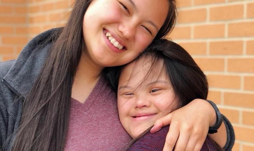Janessa e sua irmã, Kayla, com síndrome de Down. (Foto: Janessa Saelee)