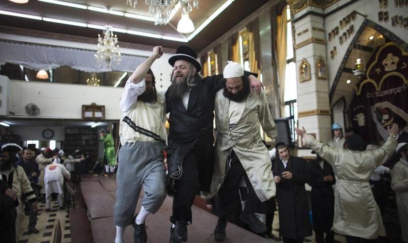 Judeus dançam em uma mesa enquanto celebram a festa de Purim em Jerusalém, em 17 de março de 2014. (Foto: Reuters)