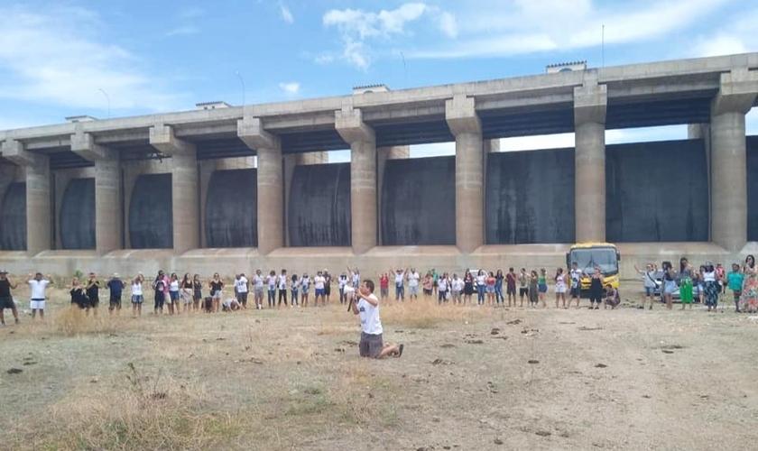 Cristãos em oração por chuva em frente a barragem do açude Castanhão, em janeiro de 2020. (Foto: Arquivo pessoal)