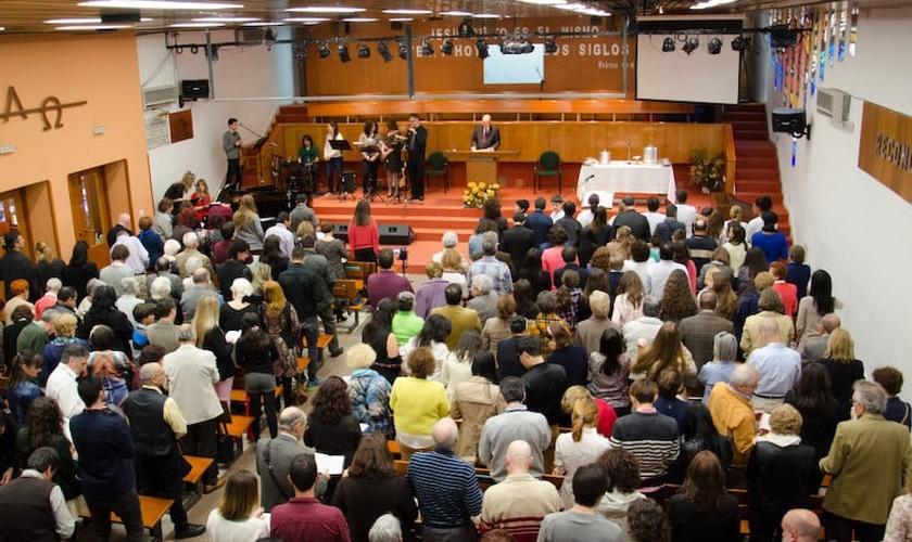 Evangélicos reunidos em uma Igreja Batista em Madrid. (Foto: UEE)