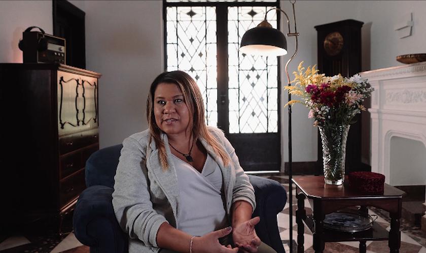 Janaina encontrou ajuda no projeto Socorre.me, um ministério de apoio para pessoas com compulsão em pornografia. (Foto: Reprodução/ YouTube).