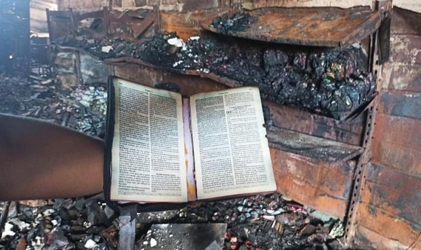 Bíblia foi encontrada intacta nos escombros do incêndio no Armazém Tem Tem. (Foto: JC 24 Horas)