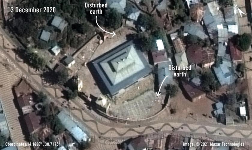 Imagens de satélite revisadas pela Anistia Internacional mostram solo alterado em torno de duas igrejas da Etiópia, indicando um enterro em massa no local. (Foto: Maxar Technologies)