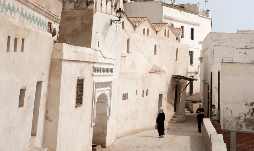 Ore pela reabertura de igrejas na Argélia. (Foto: Portas Abertas)