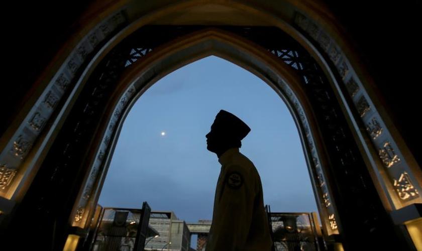 Homem em uma mesquita de Kuala Lumpur, na Malásia, em maio de 2019. (Foto: Annice Lyn/AP)