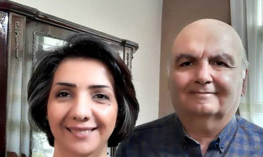 Homayoun, de 62 anos, e sua esposa Sara Ahmadi, de 42 anos. (Foto: Article18)