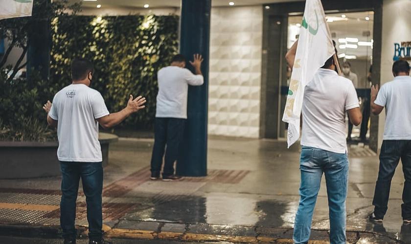 Cristãos oram em frente ao Hospital Bruno Born em Lajeado. (Foto: Facebook/COPEL).