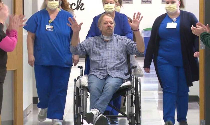 Depois de passar 4 meses respirando por ventilação mecânica no hospital nos EUA, Terry Smith recebeu alta. (Foto: WKYT).