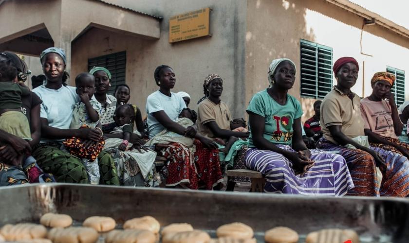 O projeto ensinou as mulheres da aldeia a assar biscoitos. (Foto: Israel Florentin/CACEMAR).