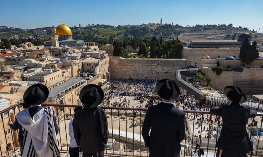 Milhares de pessoas participam da cerimônia de bênção sacerdotal de Páscoa no Muro das Lamentações em Israel. (Foto: Olivier Fitoussi/Flash90).