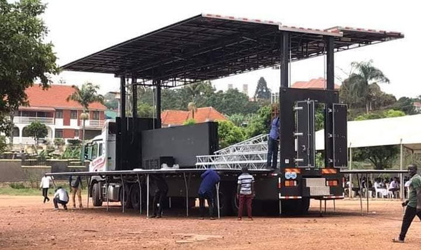 O automóvel para evangelismo é o primeiro do tipo em Uganda. Foto: Uganda Christian News).