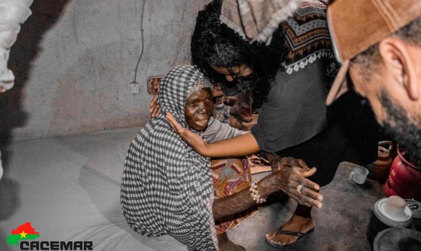 As viúvas beneficiadas nunca tinham dormido num colchão em Burkina Faso. (Foto: Israel Florentin/CACEMAR).
