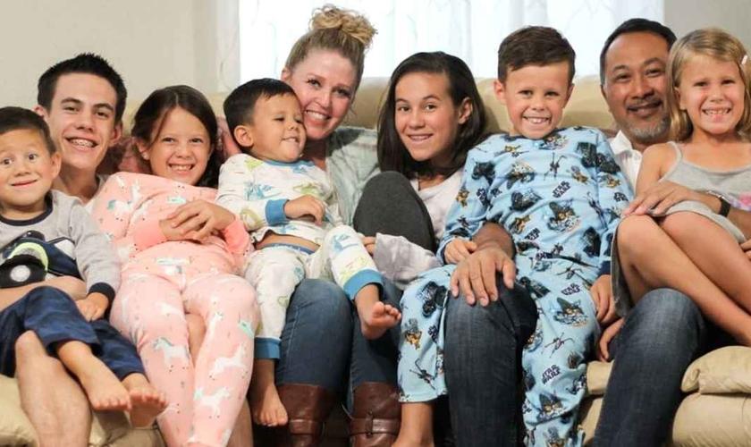 O casal Pam e Gary Wills adotou sete irmãos órfãos. (Foto: Arquivo pessoal/Pam Wills).